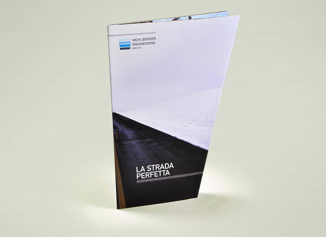 """Mühlberger Engineering: Folder """"Die perfekte Strasse"""" mit Fensterfalz bzw. Altarfalz präsentiert innovative Winter-produkte. Design von adpassion Bozen"""
