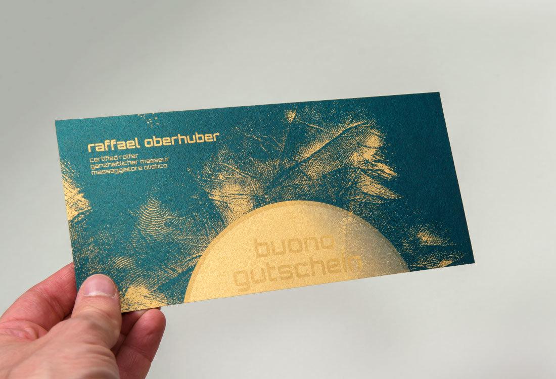 gutschein auf goldpapier für Massage oder Rolfing. Grafik von adpassion Waldemar kerschbaumer, Bozen.