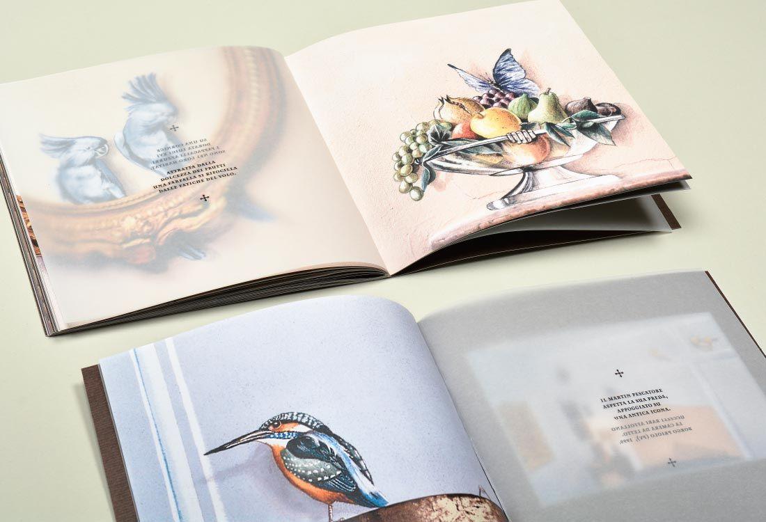 Gian Luca Bartellone und das Trompe l'oeil: Zeichnungen von Eisvogel, Fruchtkorb, bunte Papageien auf echtem Bilderrahmen. Malereien in Genua, Bozen, Italien