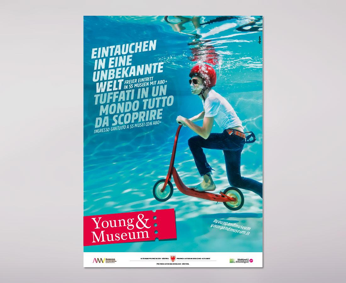 Young & Museum Plakat in Südtirol. Organisiert von der Abteilung Museen und dem Amt für Mobilität mit abo+. Gestaltung von Waldemar Kerschbaumer, adpassion Werbeagentur Bozen.