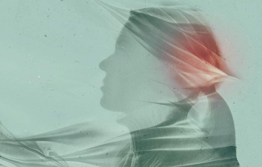 Dettaglio immagine con tecnica double exposure, donna con dipinto astratto. Design di Waldemar Kerschbaumer, adpassion agenzia pubblicitaria Bolzano